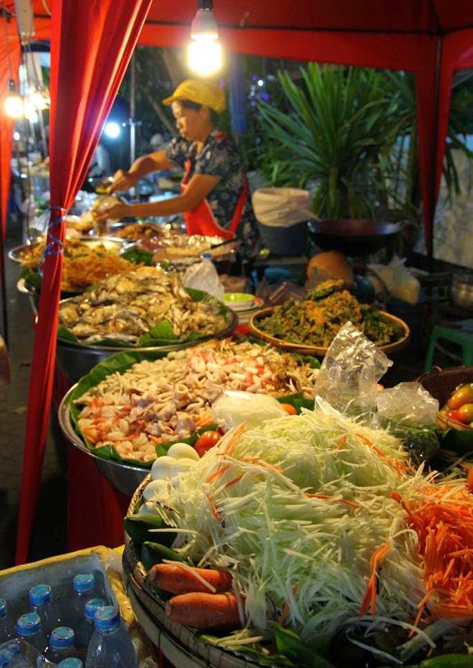 How to Visit Thailand on a Budget | Night market in Chiang Mai, Thailand