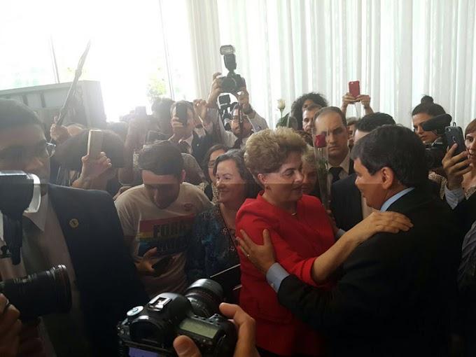 Governador abraça Dilma em Brasília e em nota diz: 'tese do golpe venceu'