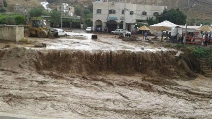 مكبرات الصوت تطالب الأهالي بالصعود للأدوار العليا خوفا من السيول في هذه المحافظة المصرية