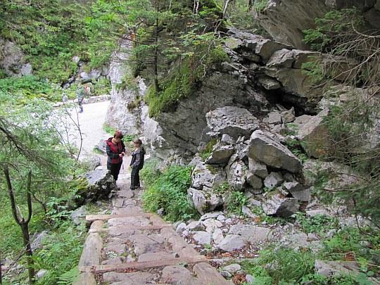 Ostatnie metry zejścia do Doliny Kościeliskiej z Jaskini Mylnej.