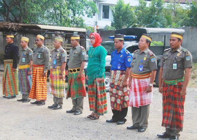 Personil Satpol PP - Damkar, Meriahkan HUT Sulsel Pakai Assesories Budaya, Masuk Kantor