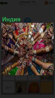Несколько женщин соблюдают традицию в Индии и сложили руки перед собой вместе