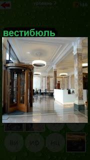 входные двери в пустой вестибюль