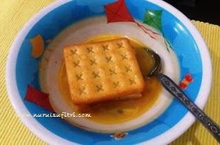 celupkan biskuit berisi roti ke dalam kocokan telur secara merata