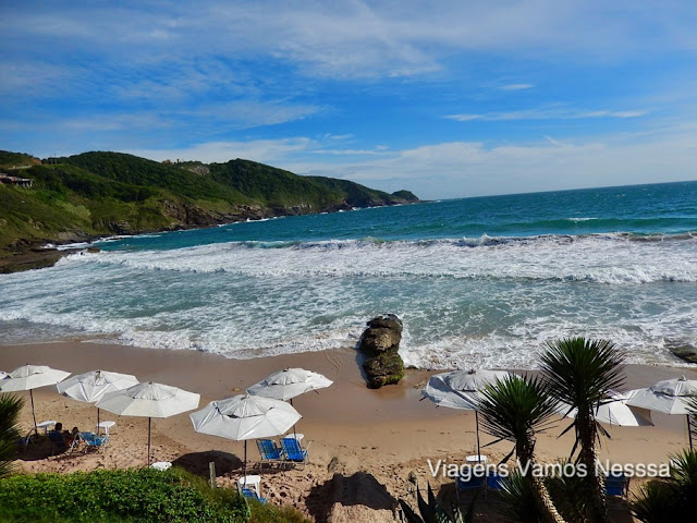 Praia Brava, praia de mar aberto rodeada de paredões rochosos