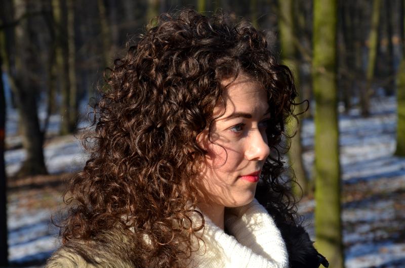 kręcone włosy, wełniany sweter, stylizacja, zima, sweter H&M, kurtka parka