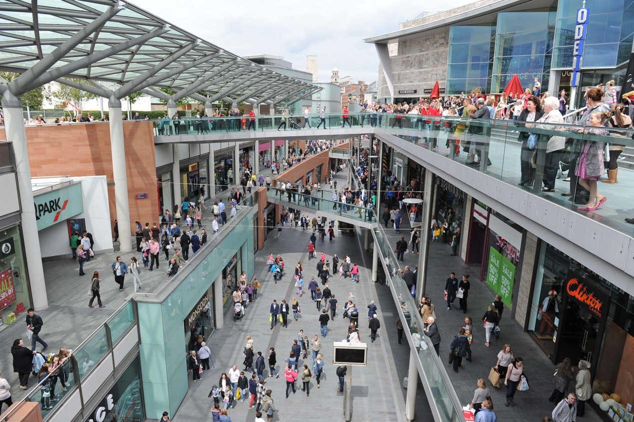 it s designed to capture customers from the pedestrianized center just like the shopping center buildings in essen but even better than the typical