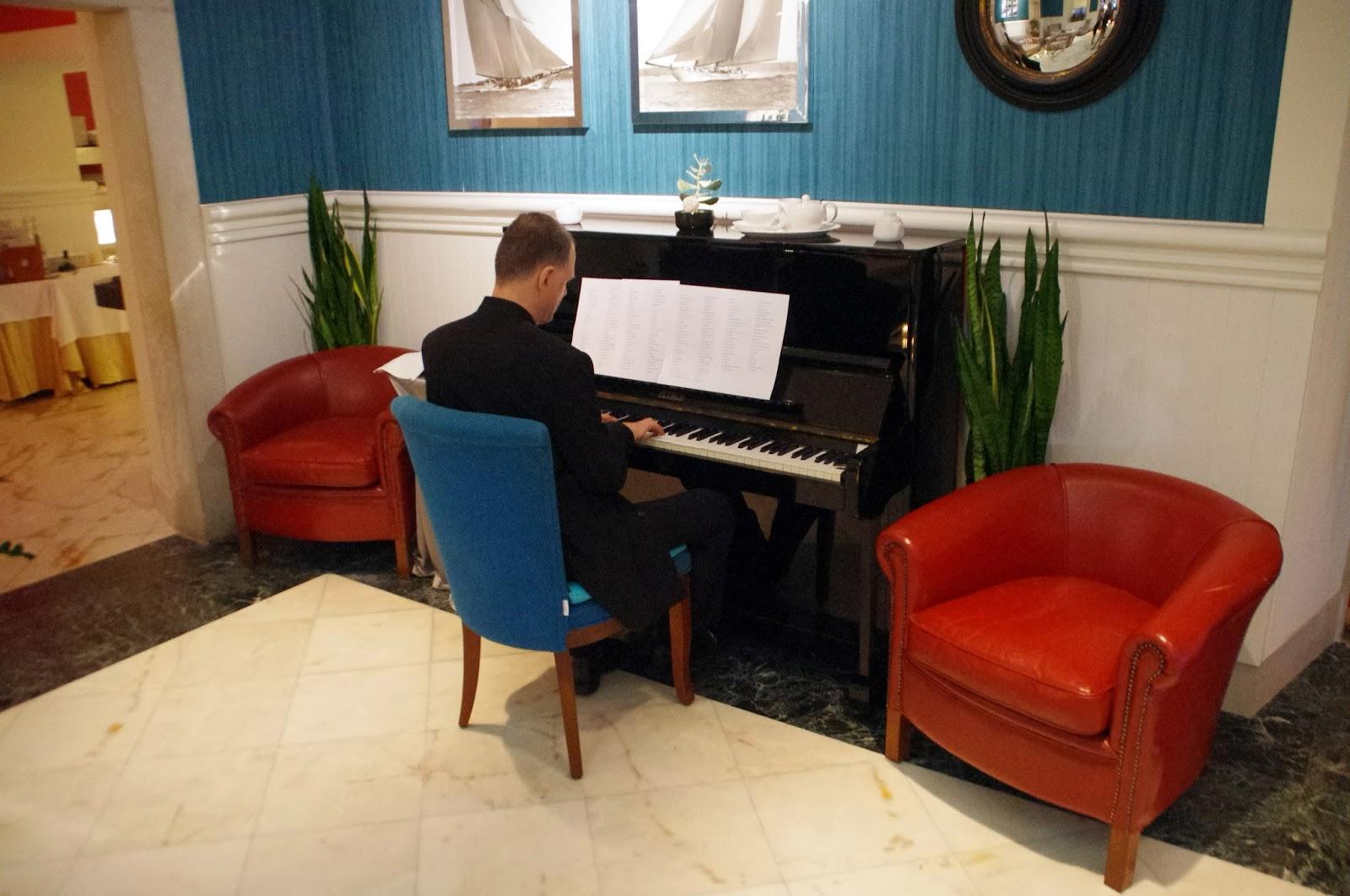 Piano player at Nautika Restaurant Dubrovnik