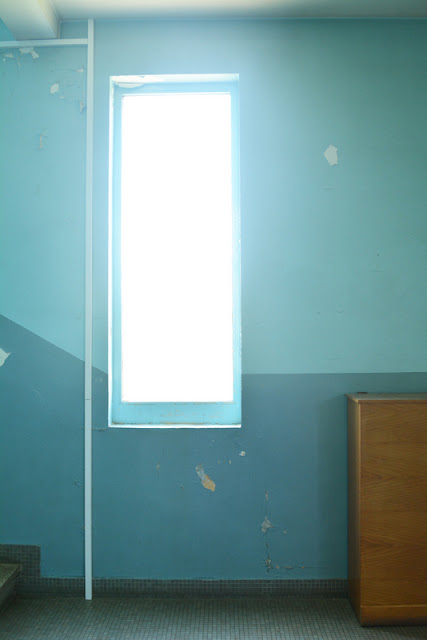 sauveur pauline auteure photo couloir école bleu piscine