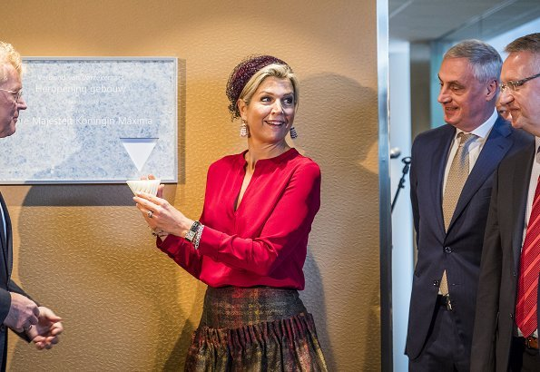 Queen Maxima wore Natan wool print skirt an Natan silk blouse, she wore Gianvito Rossi pumps and Bodes en Bode earrings