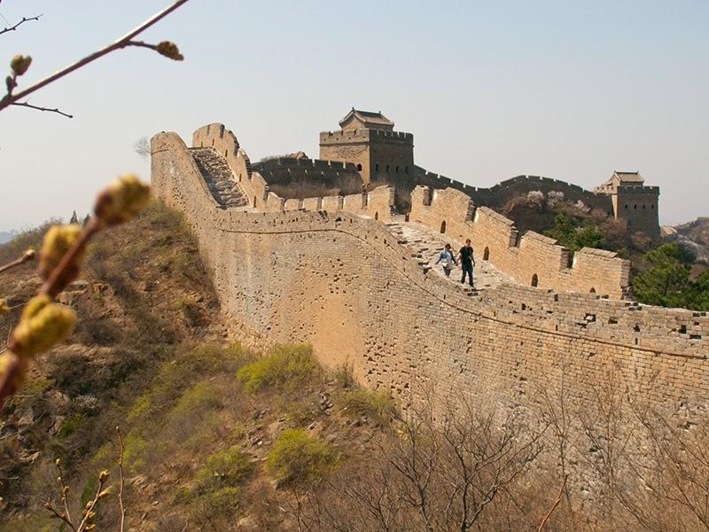 Un couple marchant seul sur la Grande Muraille