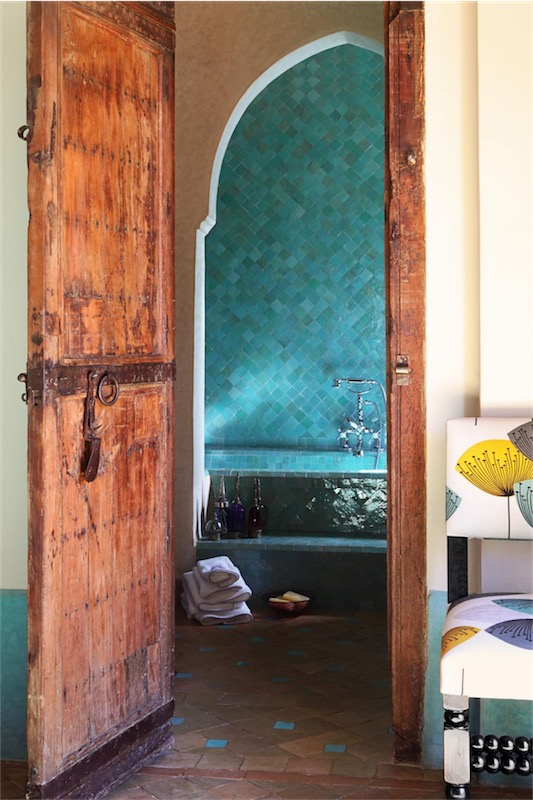 antigua puerta y baño en azul turquesa casa en Marrakech chicanddeco
