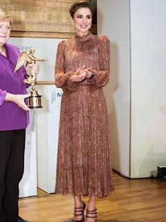الملكة رانيا في فستان براق باللون الذهبي:
