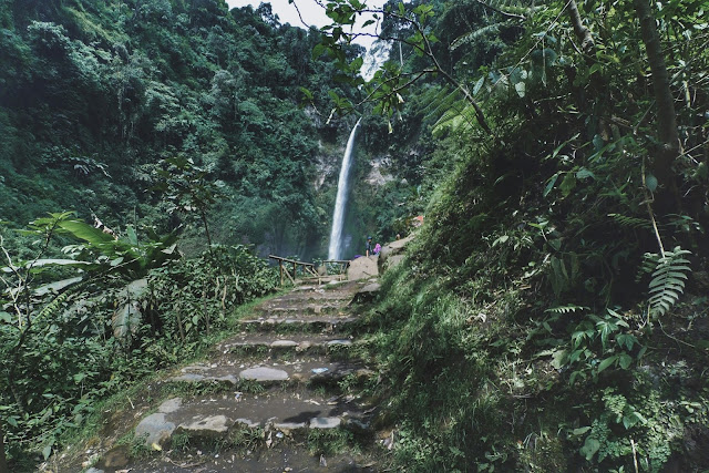 Pemandangan indah air terjun Coban Pelangi Malang