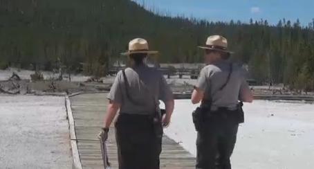 Hombre muere al caer en aguas termales en Yellowstone