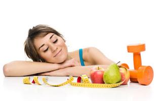 Mujer con fruta y pesas