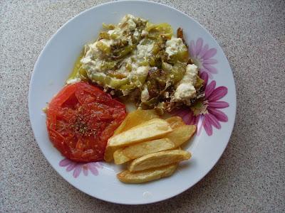 Πιάτο με νόστιμο ορεκτικό που περιέχει πιπεριες,φετα και απο πανω ντομάτα τηγανιτή ,συνοδέυεται απο πατάτες τηγανιτές