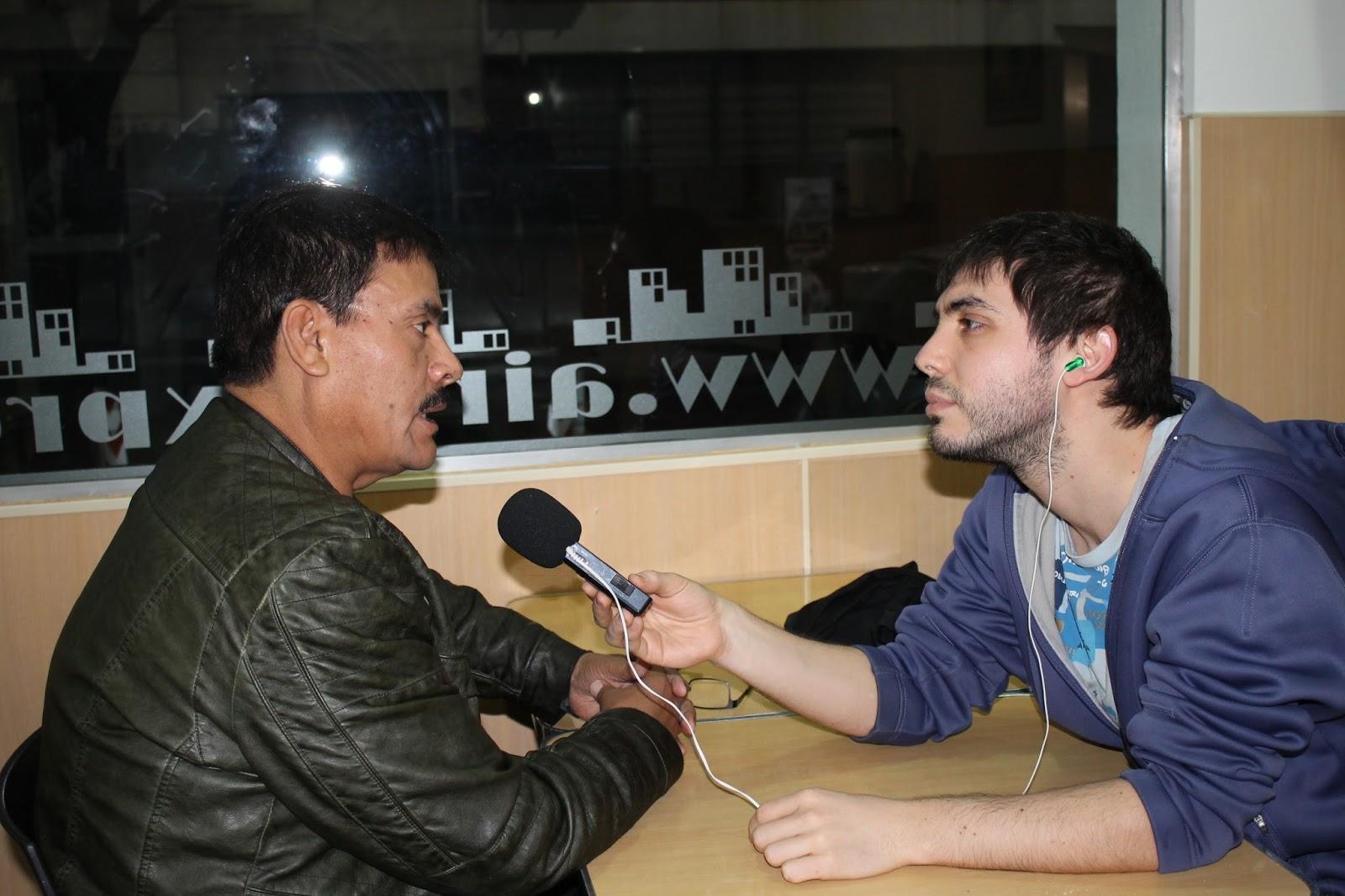 Javier Torres, vocalista de Los Rehenes de México, responde las preguntas  de Lucho Rombolá, conductor de Cumbia de la Pura, durante una gira por  Buenos ...