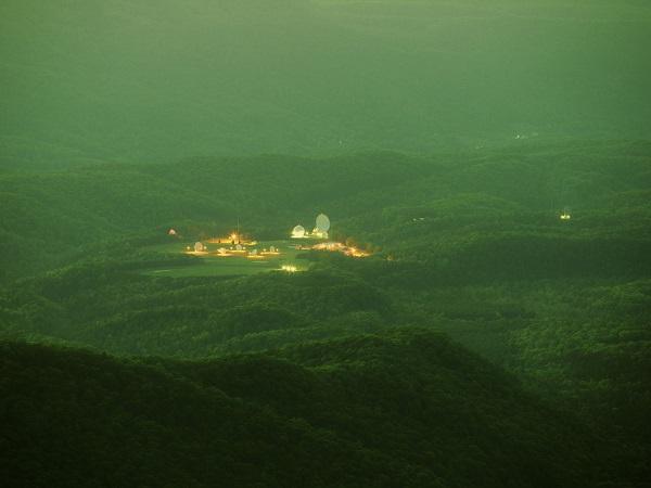 Paisaje de montañas con un centro de investigación científica en las laderas
