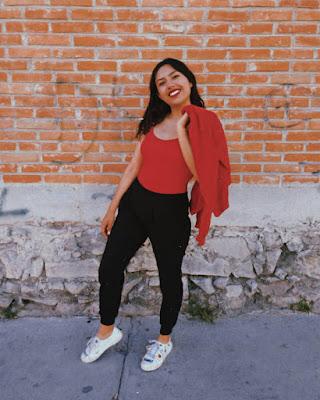 outfit casual rojo y negro juvenil para la universidad de moda