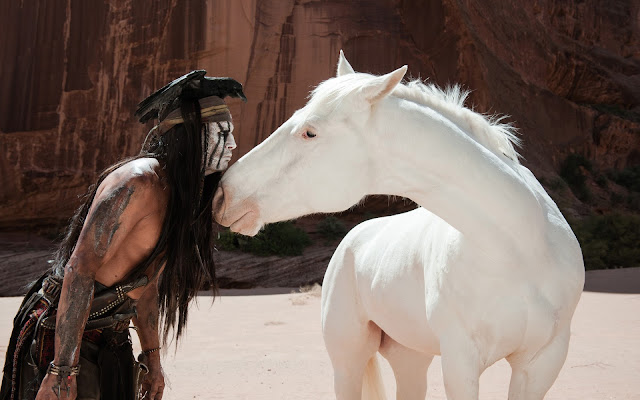 Johnny Depp in de film The Lone Ranger met mooi wit paard