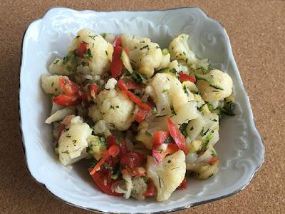 Zdrowa sałatka z kalafiora i papryki do obiadu