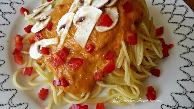 Espagueti con salsa de pimientos, champiñón y cebolla