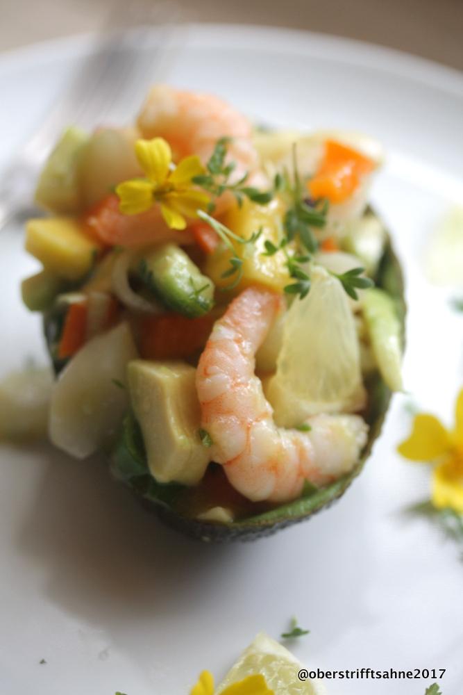 ein b chlein ber avocado und avocado l und mit der frucht ein frischer sommerlicher salat. Black Bedroom Furniture Sets. Home Design Ideas