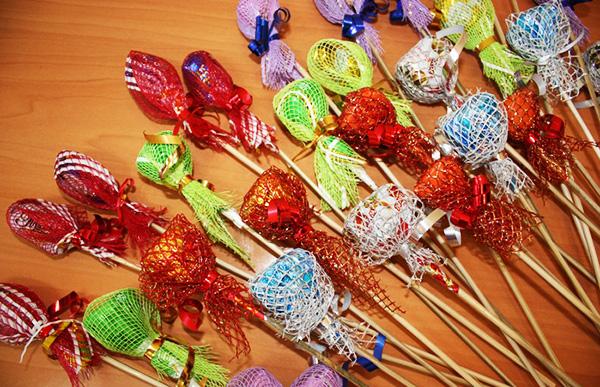 1 сентября, букет конфетный, букеты съедобные, День учителя, из конфет своими руками, композиции конфетные, конфеты, конфеты в подарок, подарки из конфет, подарки из шоколада, подарки на 1 сентября, подарки на День Учителя,  подарки своими руками, подарки сладкие, подарки съедобные, подарки школьные, своими руками, упаковка конфет, школьное, шоколад, шоколад в подарок, розы из осенних листьев, цветы из осенних листьеы, букет из осенних листьеы, природные материалы, из осенних листьев, цветы своими руками, букет осенний, http://prazdnichnymir.ru/ Конфетный букет с розами из осенних листьев (МК)