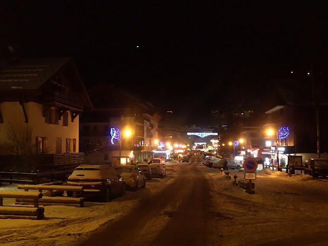 Nocny krajobraz miasteczka