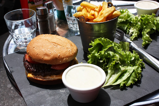 Menu burger du Galopin avec sauce bleu et frites