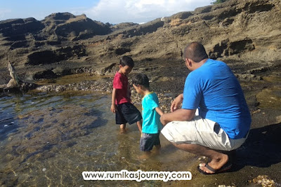 boo dan mika bermain di pantai karang hawu sukabumi