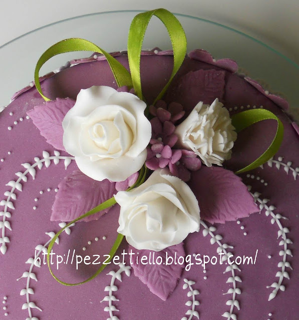 torta decorata con pdz decori in ghiaccia e rose in gum paste