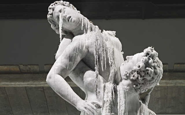 Εντυπωσιακά αγάλματα σε φυσικό μέγεθος από κερί που... λιώνουν (βιντεο)