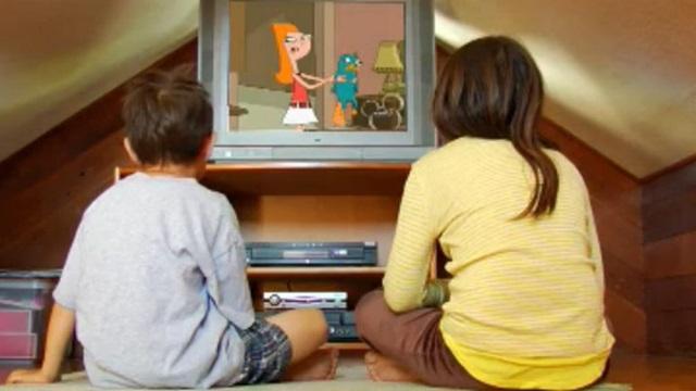 Niños distraídos con el televisor