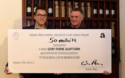 Ákos és Böjte Csaba az Andante Borpatikában — Fotó: Facebook/Ákos