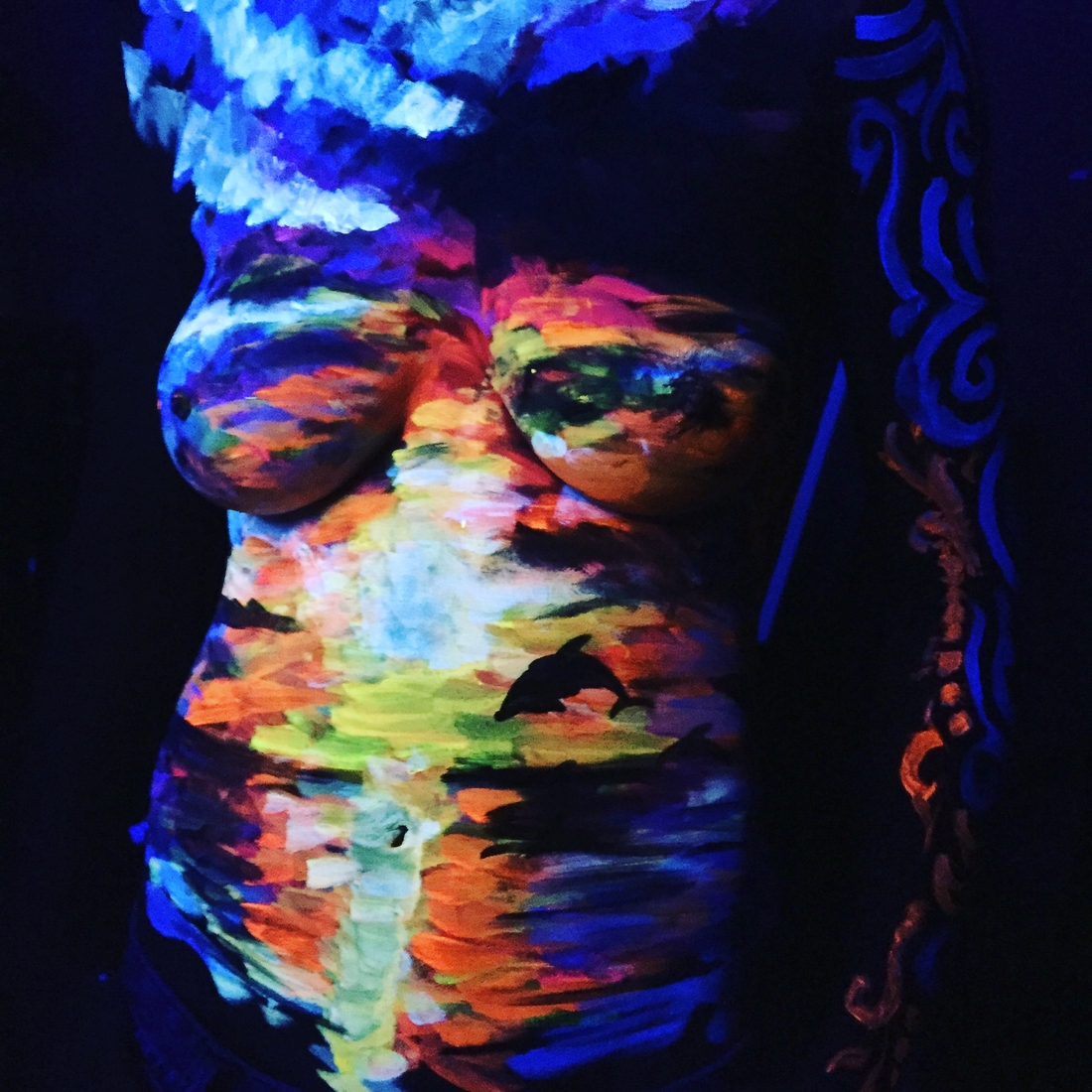 04-Carry-the-Ocean-Danny-Setiawan-Denart-Studio-Body-Painting-with-a-UV-Paint-and-a-Black-Light-www-designstack-co