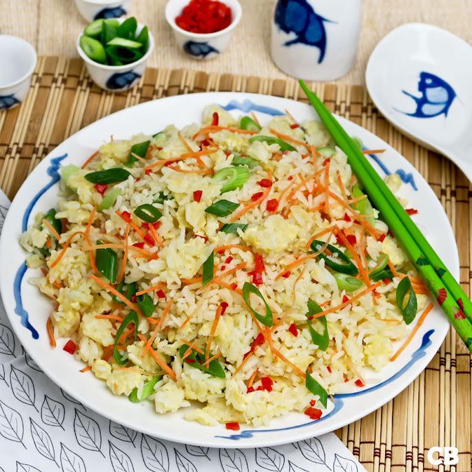 Gebakken rijst met ei, bosui en wortel