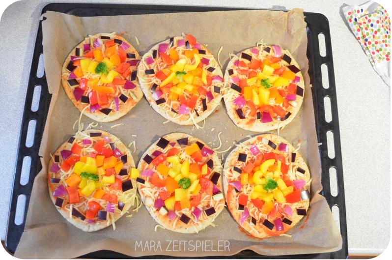 Der Erste Geburtstag Regenbogenpizza Zum Abendessen Mara Zeitspieler