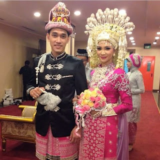 gambar pengantin dengan busana aceh