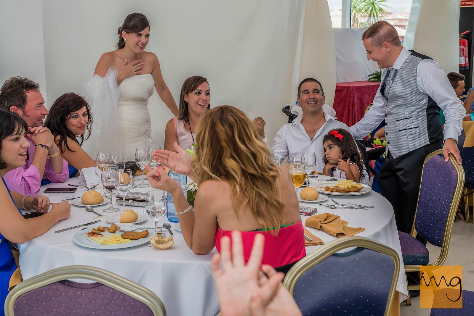 Fotografía de los novios pasándolo bien con los invitados