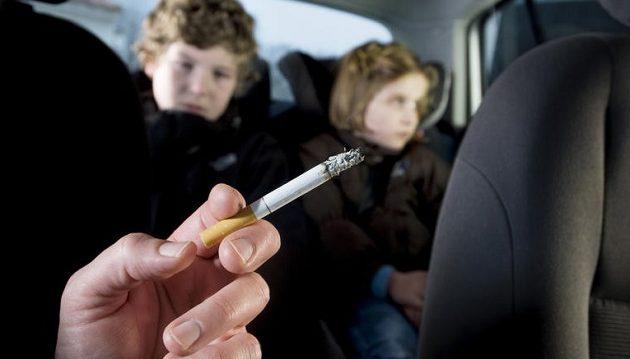 Πρόστιμο 1.500 εως 3.000  ευρώ στους οδηγούς που καπνίζουν μέσα στο αυτοκίνητο με παιδιά
