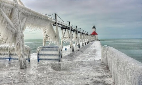 Another frozen lighthouse near Lake Michigan. - The 30 Most Amazing Photos Of Frozen Things In Honor Of The Coldest Morning Of The 21st Century