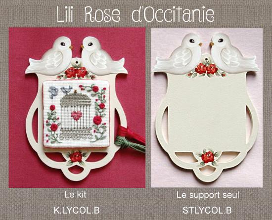 Cadre bois peint découpé forme lyre, orné de roses rouges + grille. Broderie et point de croix