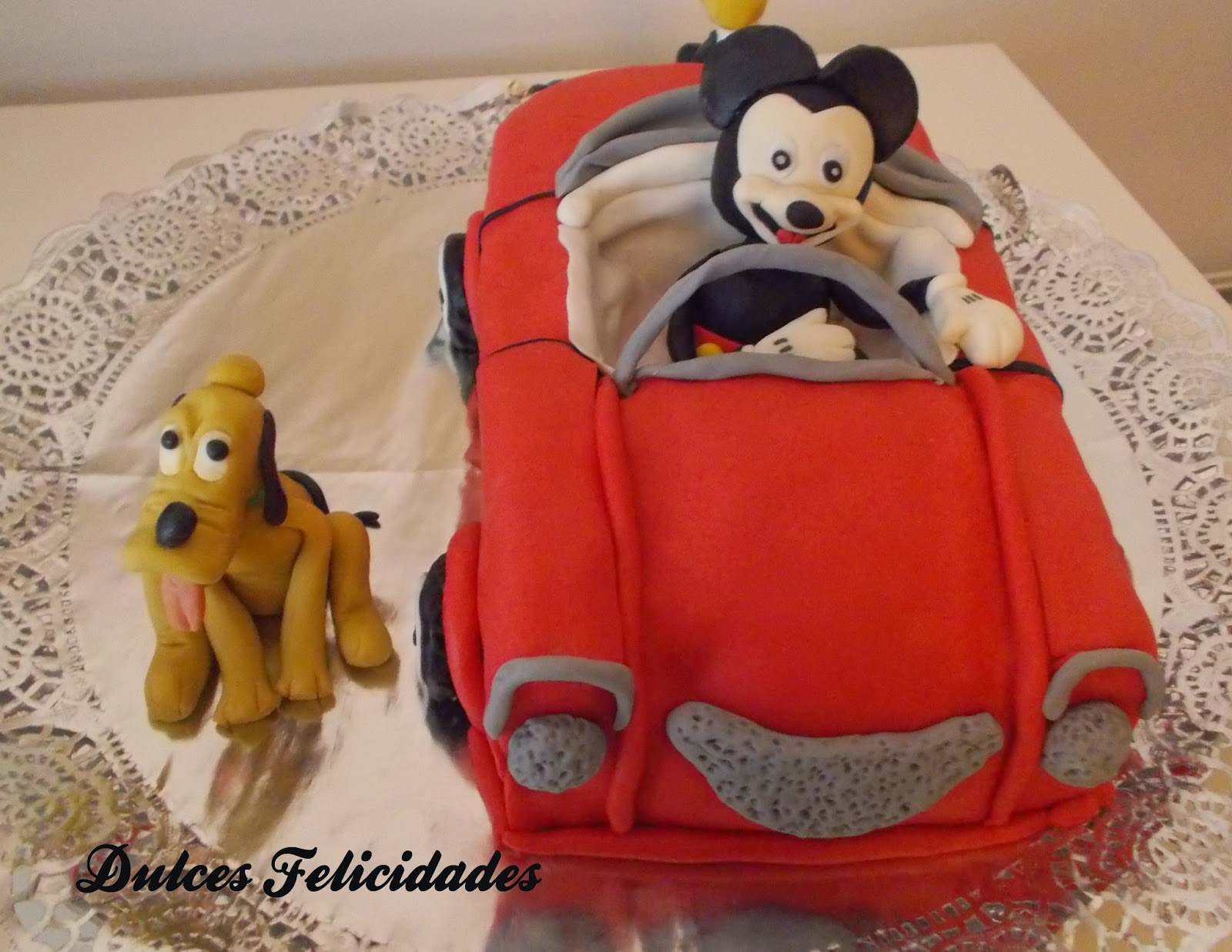 Tarta fondant coche Mickey Mouse