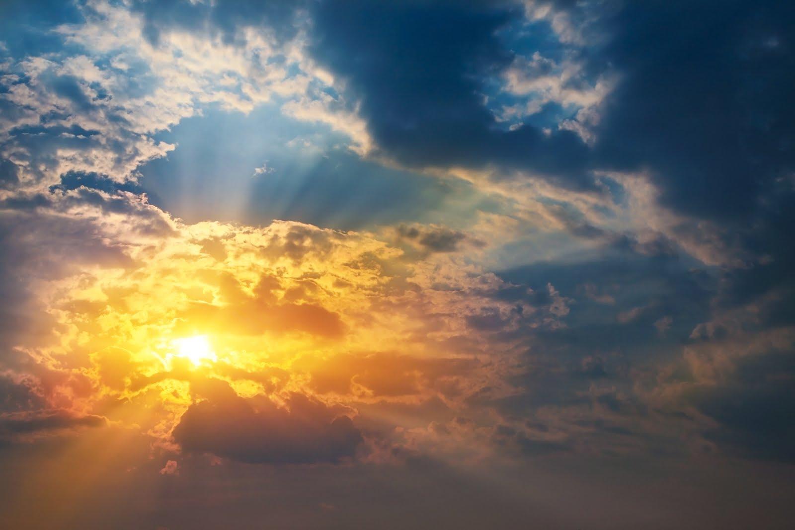 Banco de Imágenes: Amanecer en el cielo con nubes y sol
