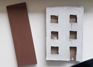 Um carimbo que representa um predio feito com várias camadas de papel eva.