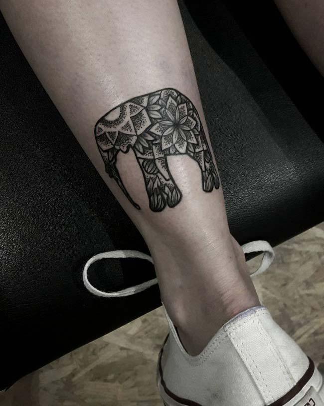 ayak bileği fil dövmesi
