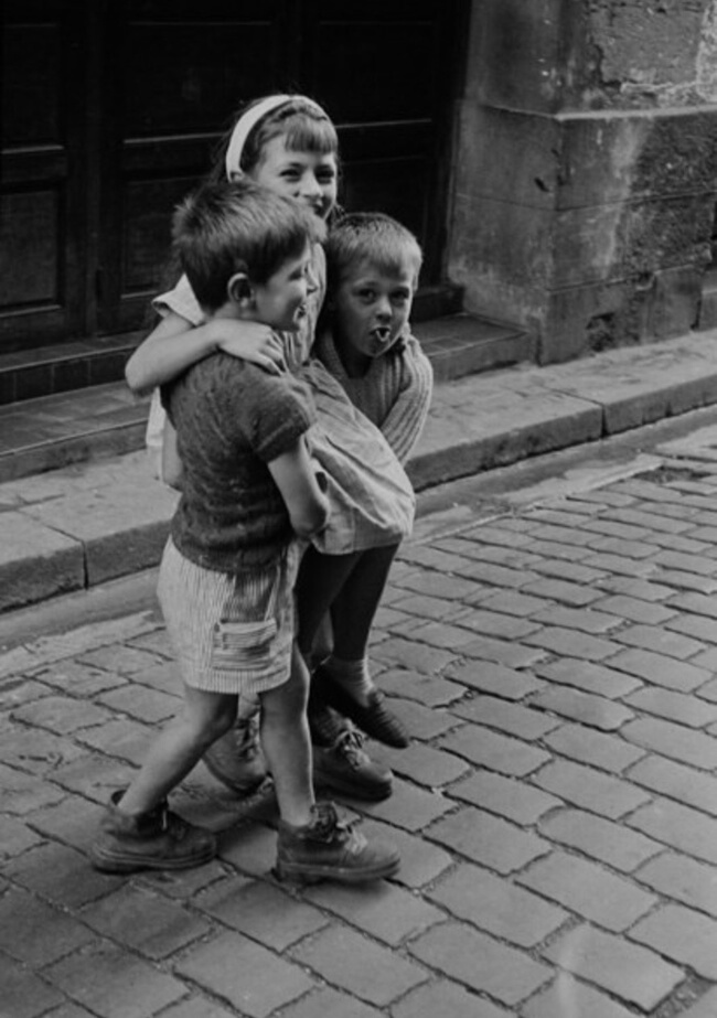 29 Pictures Of Children Of The Past Show The Differences Between Generations - Friendship was significant.
