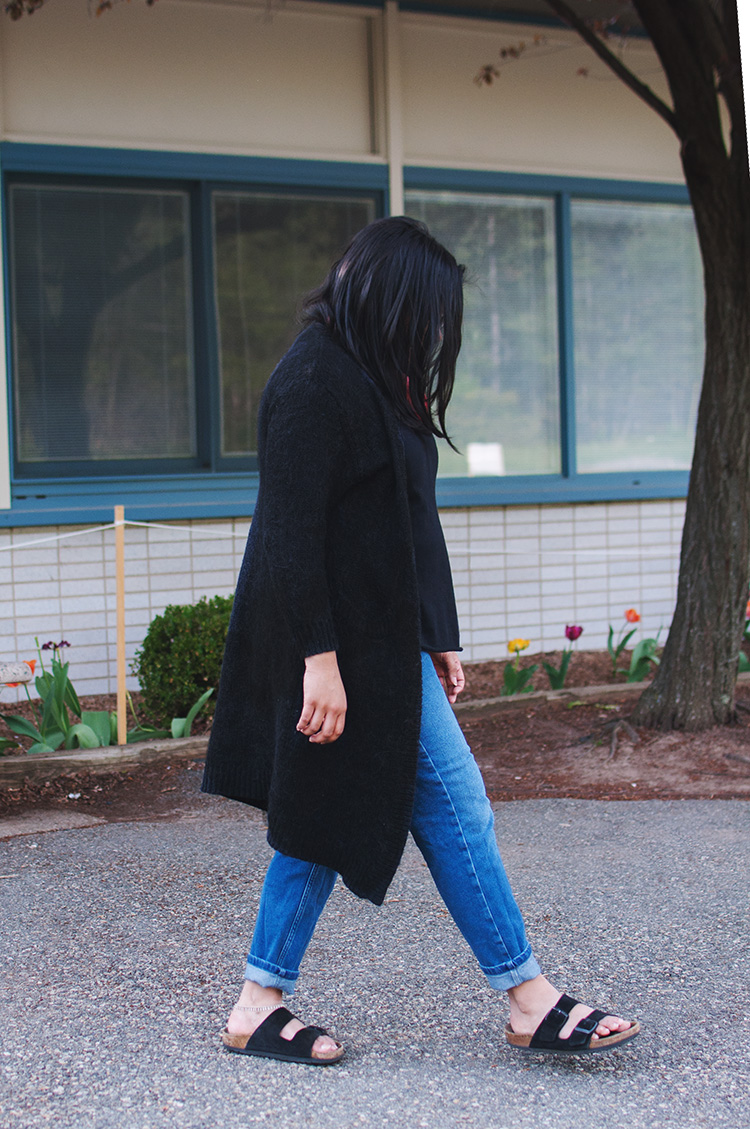 walking photo, black cardigan outfit, boyfriend jeans birkenstock, longline cardigan